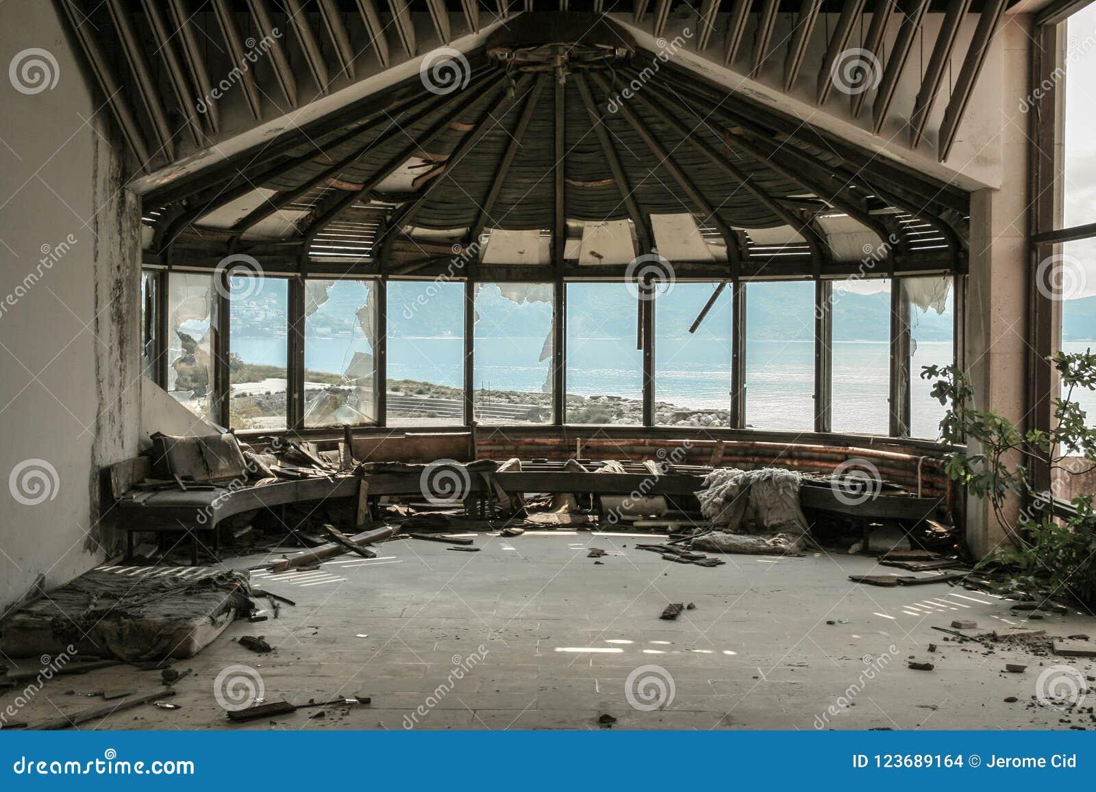 Vista Da Un Hotel Abbandonato Sul Mare Adriatico Sulla Precedente ...