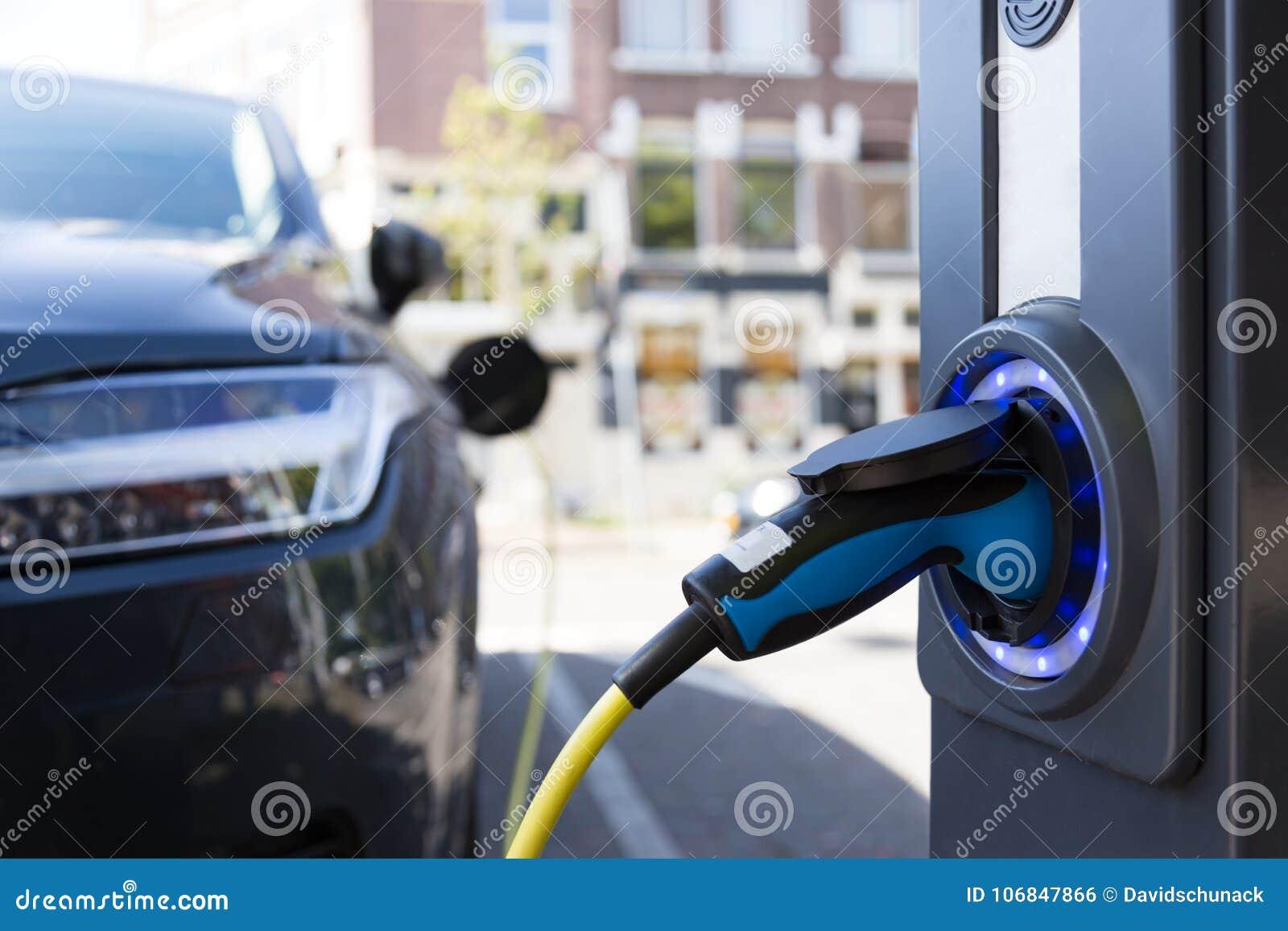 Vista da una colonna di carico dell automobile elettrica
