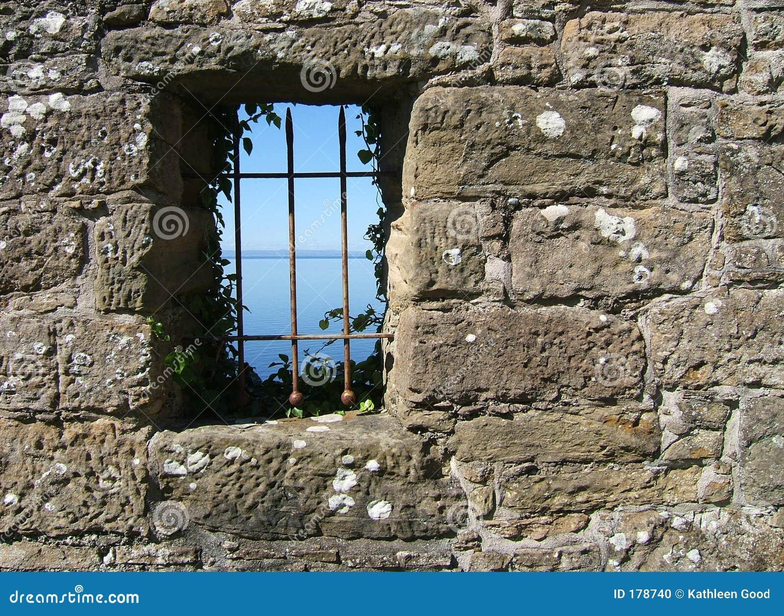 Vista da una finestra del castello