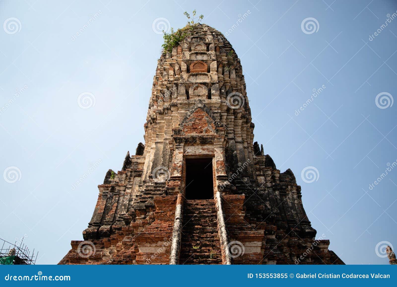 Vista da una pagoda delle rovine del tempio di Ayutthaya in Tailandia con cielo blu nei precedenti