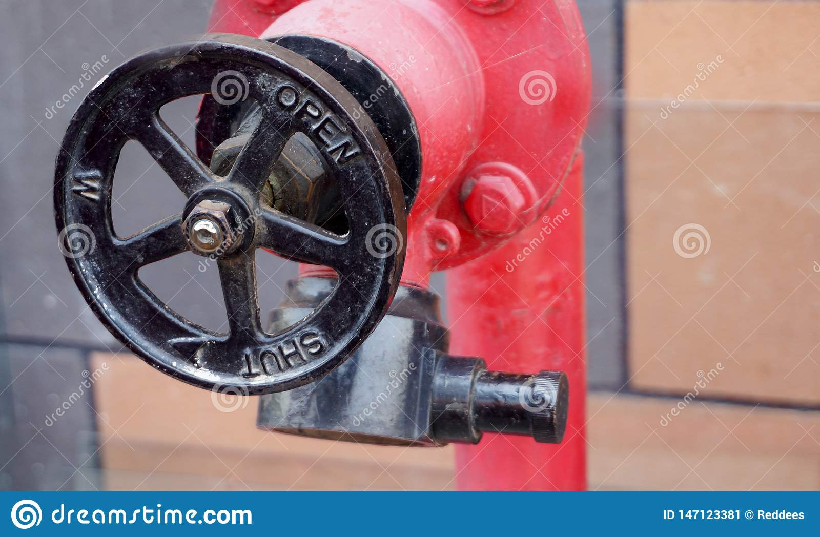 Vista da válvula do equipamento da proteção contra incêndios em uma indústria
