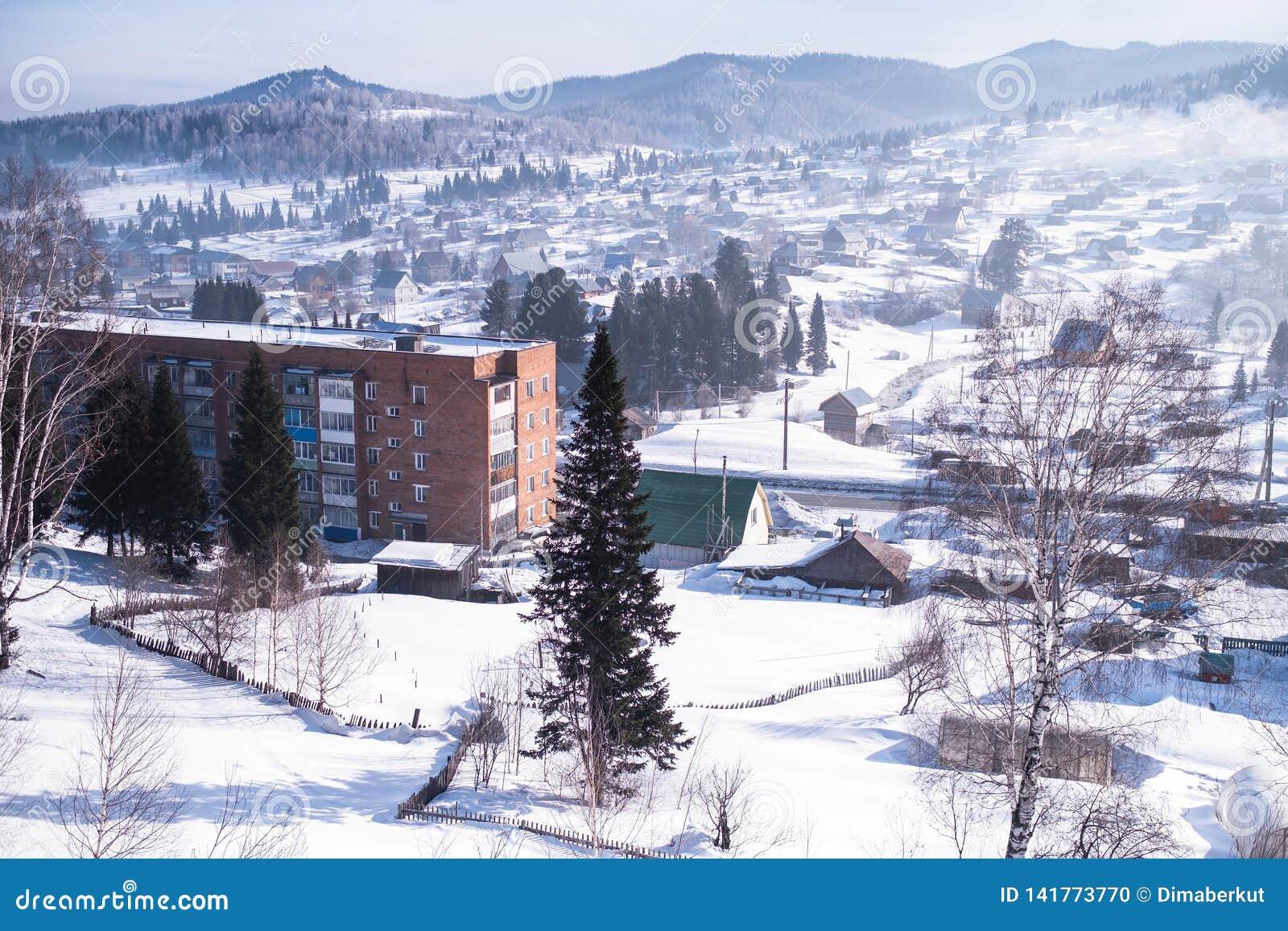Vista da vila de Sheregesh na montanha Shoria, Sibéria