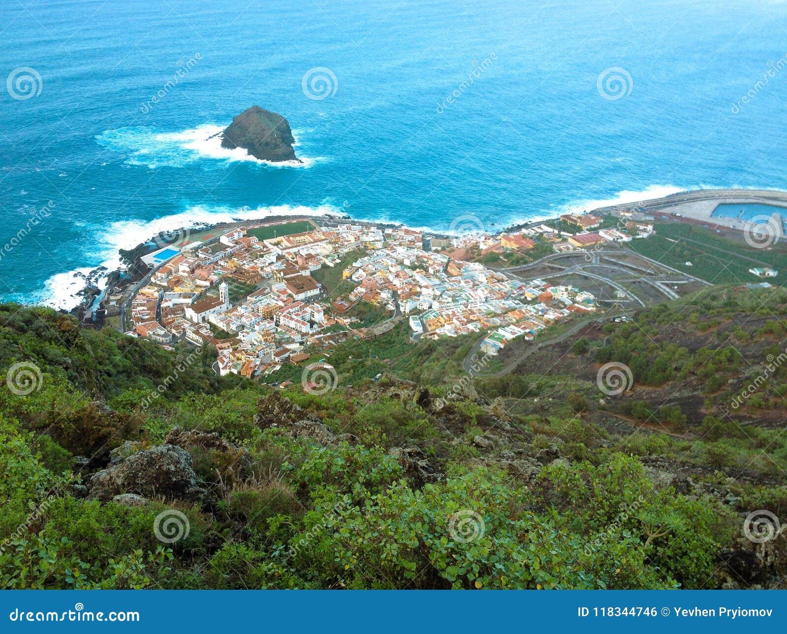 Vista dall oceano lontano e da un piccolo villaggio