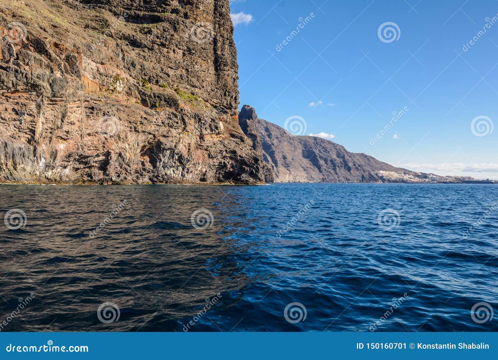 Vista dalla barca alla roccia di Los Gigantes all isola di Tenerife - Spagna color giallo canarino