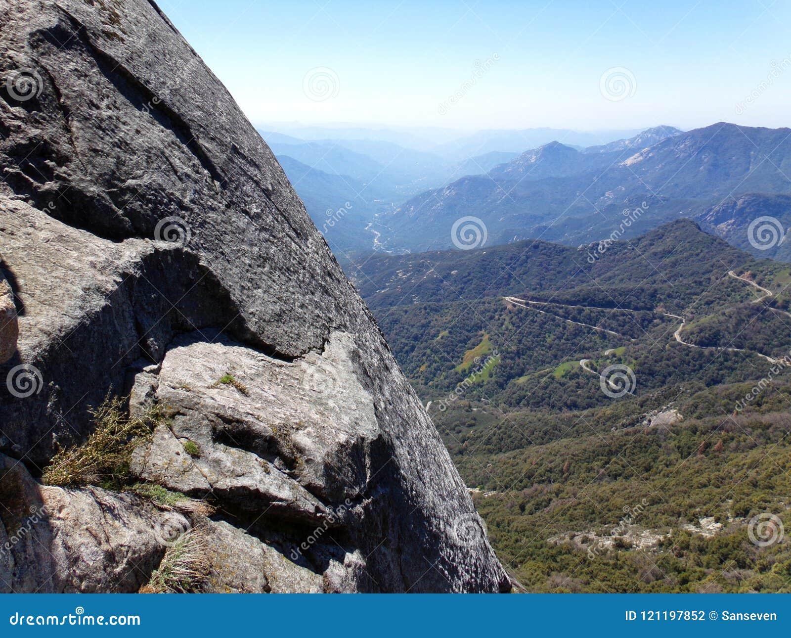 Vista dalla cima di Moro Rock con la sue struttura della roccia compatta, montagne di trascuratezza e valli - parco nazionale del