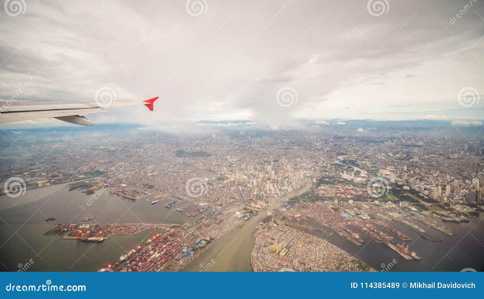 Vista dalla finestra dell aereo alla città di Manila filippine