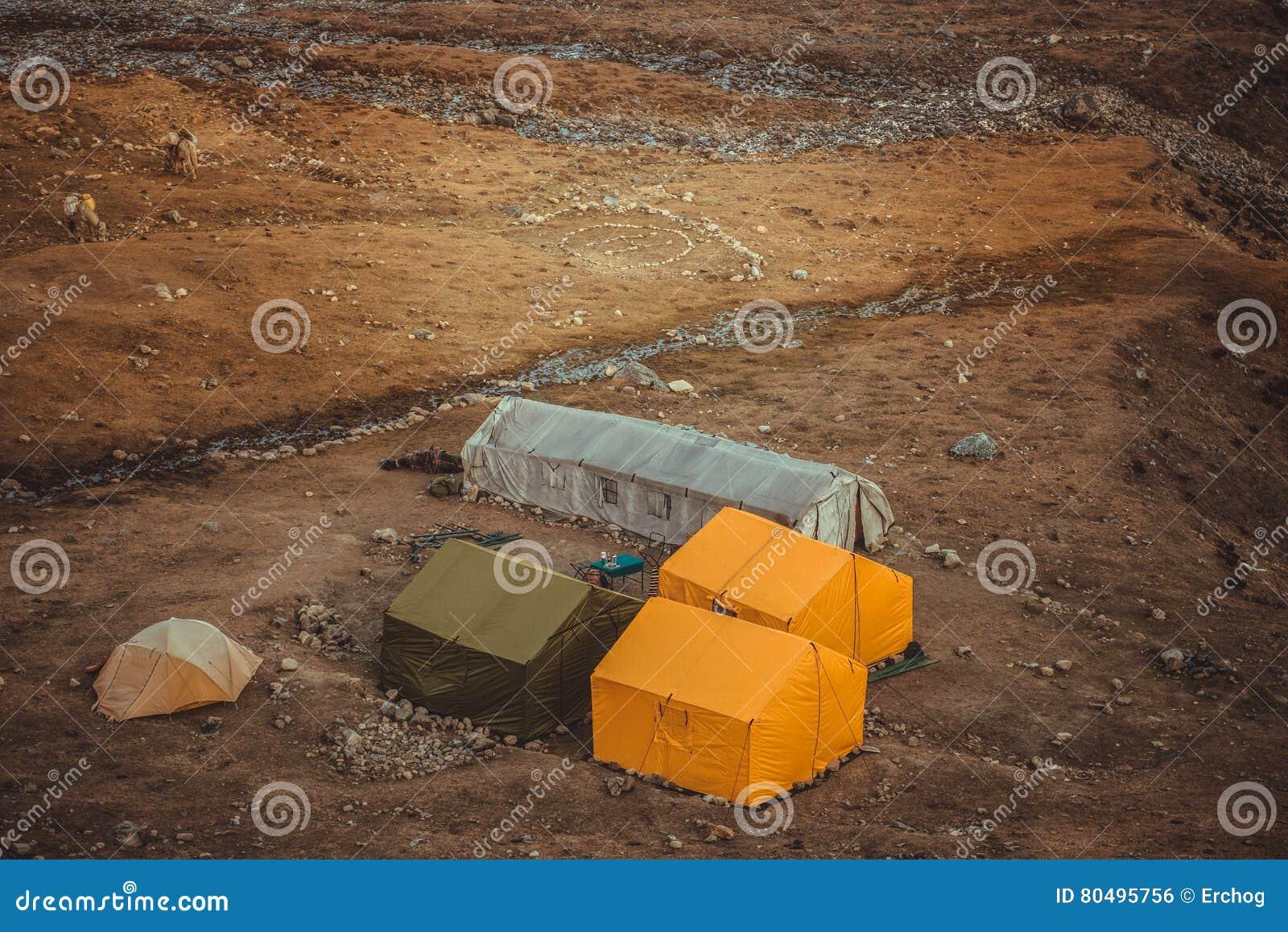 Vista das barracas do acampamento base da passagem de Larke, Nepal