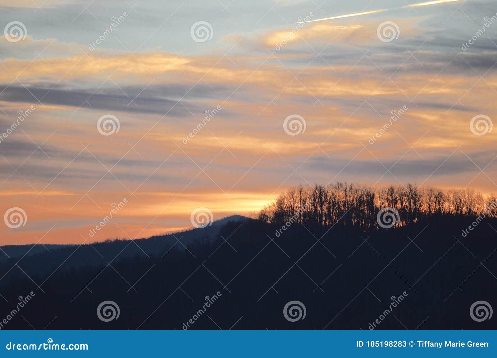 A vista das montanhas no por do sol