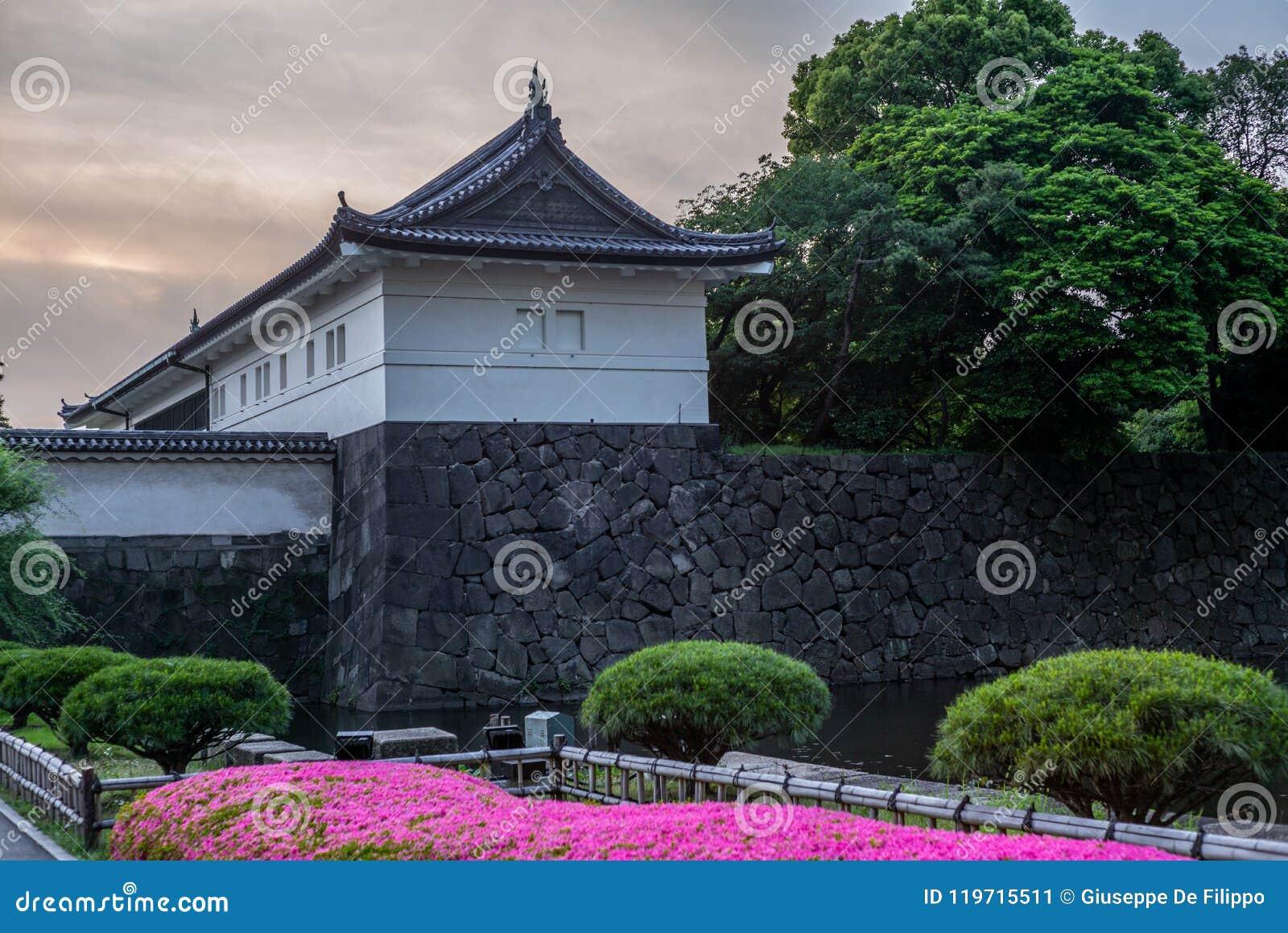 Vista das paredes dos jardins imperiais no Tóquio no por do sol - 1