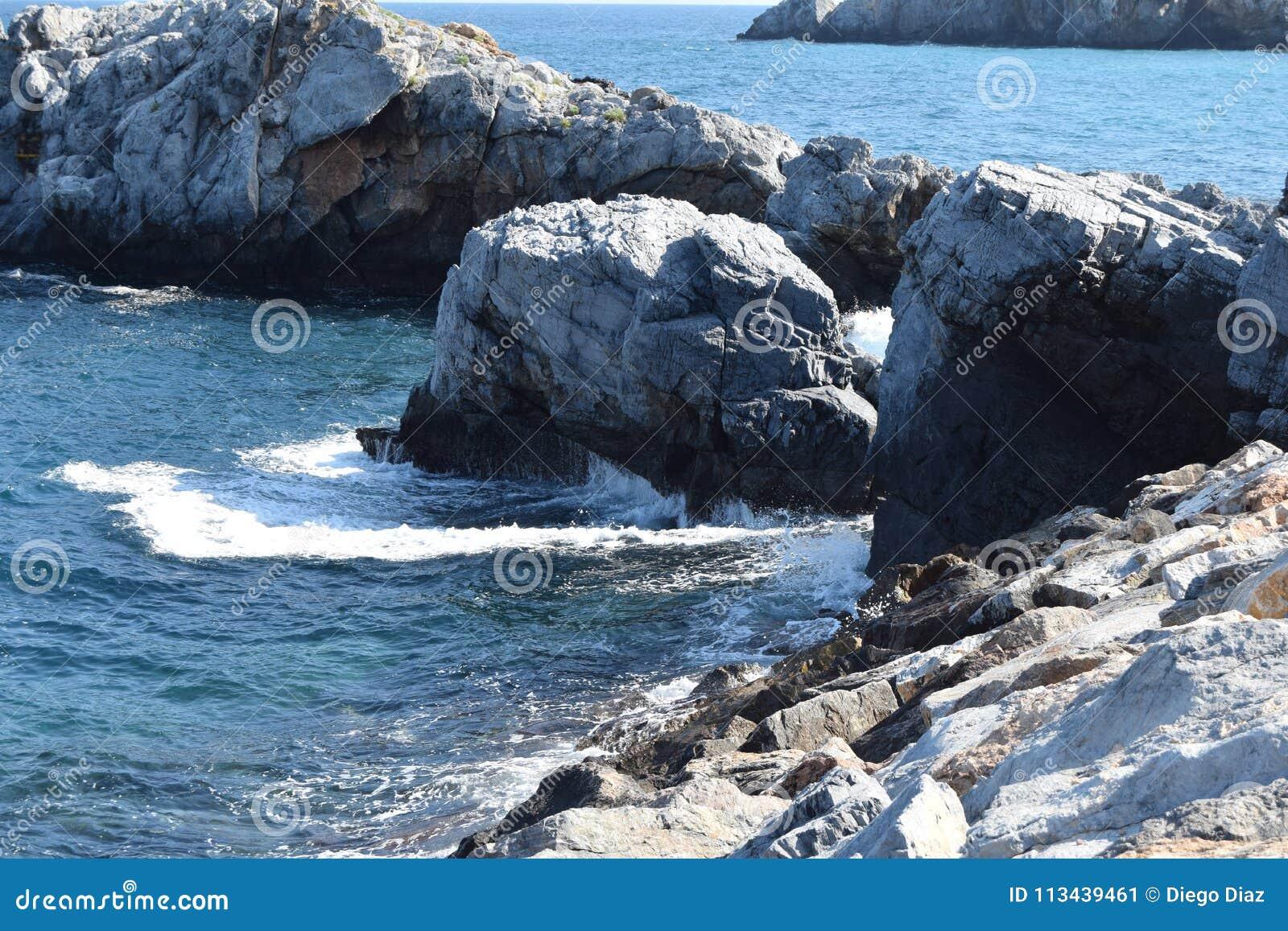 Vista das rochas no mar