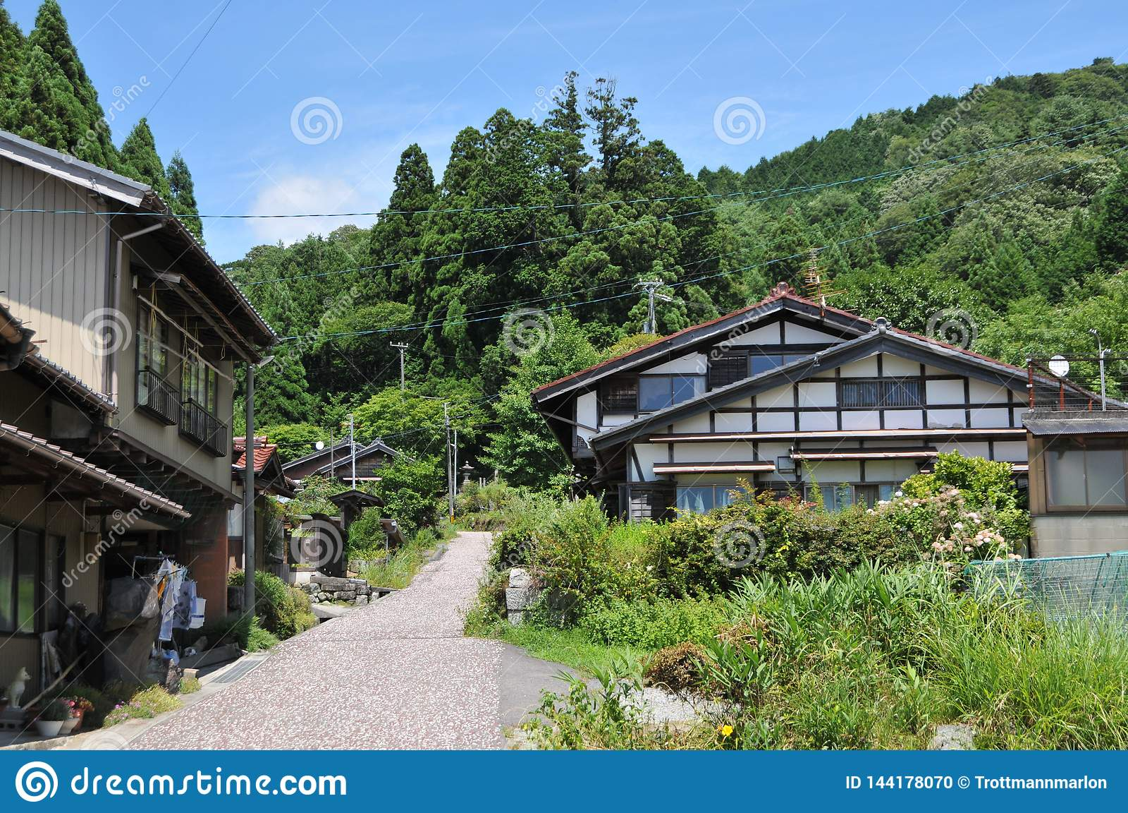 Vista de algunas casas japonesas típicas del campo en el rastro famoso del camino de Nakasendo