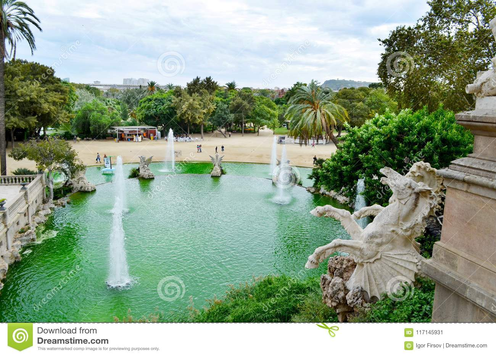Vista de Barcelona, Spain Fonte no parque de la Ciutadella da citadela de Parc