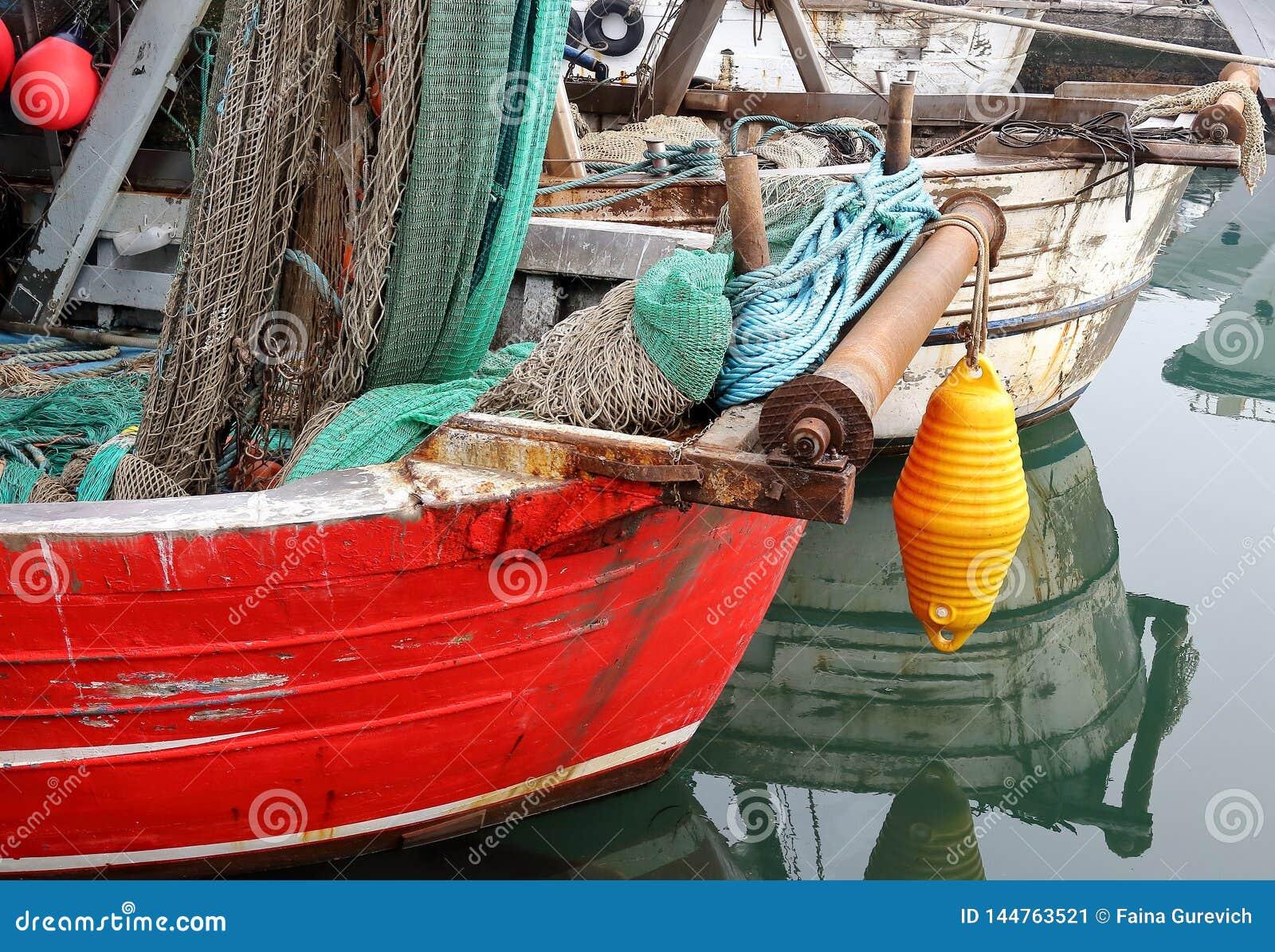 Vista de barcos do pescador na cidade pequena de Chioggia na lagoa Venetian