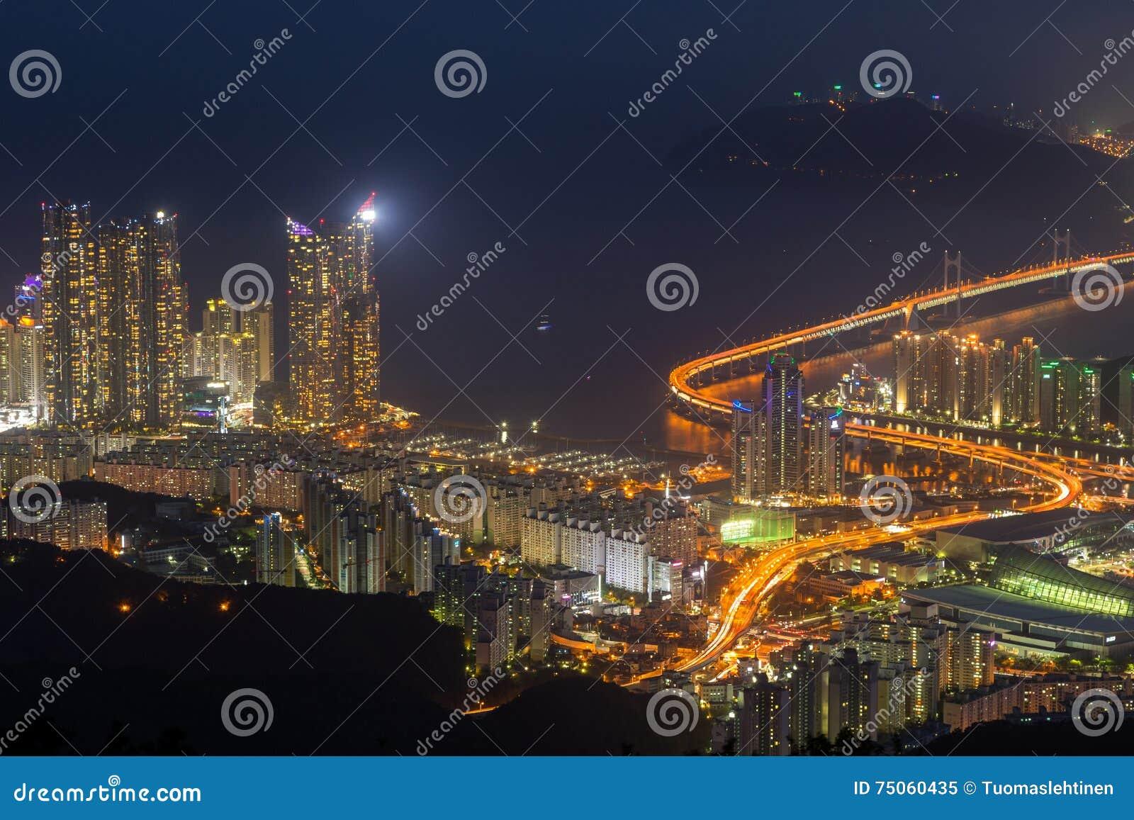 Vista de Busan de cima no crepúsculo