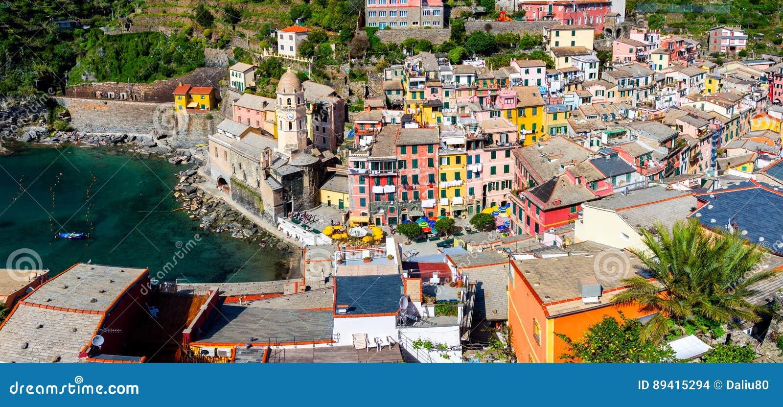 Vista de casas de Vernazza e do mar azul, parque nacional de Cinque Terre