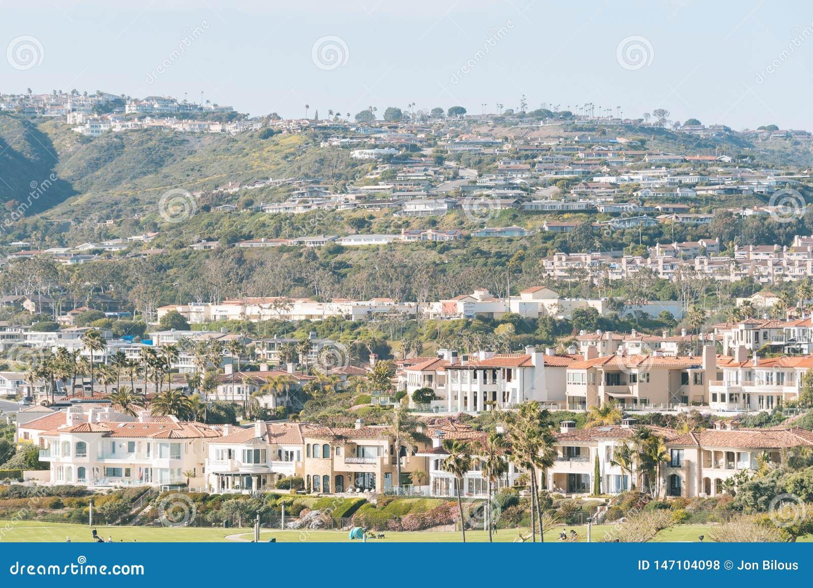 Vista de casas y de colinas en Laguna Niguel y Dana Point, Condado de Orange, California