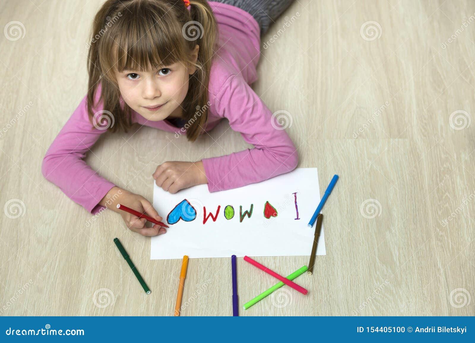Vista de cima do desenho bonito da menina da crian?a com past?is coloridos eu amo a mam? no Livro Branco Educa??o da arte, concei