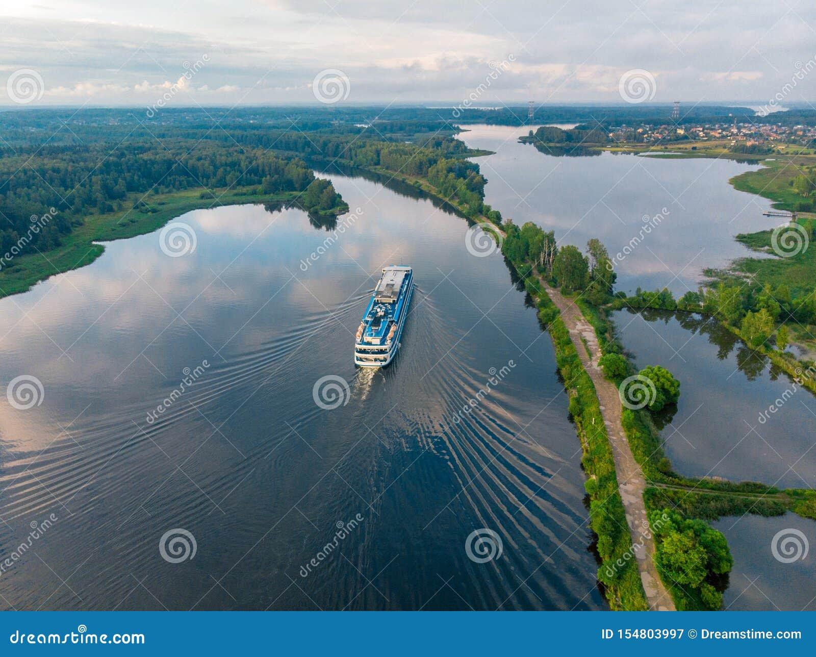 Vista de cima em um navio que vai ao longo do rio azul