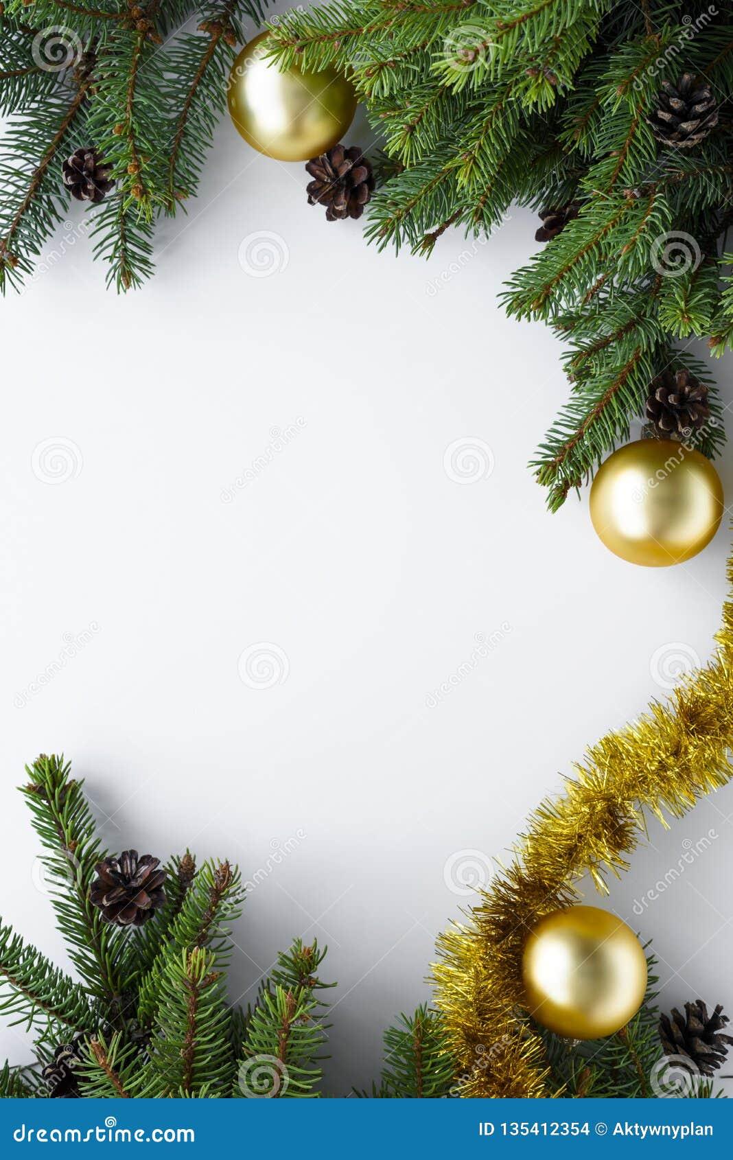 Vista de cima na tabela branca com decoração do Natal em um quadro vertical com espaço da cópia Os ramos e os ornamento do abeto