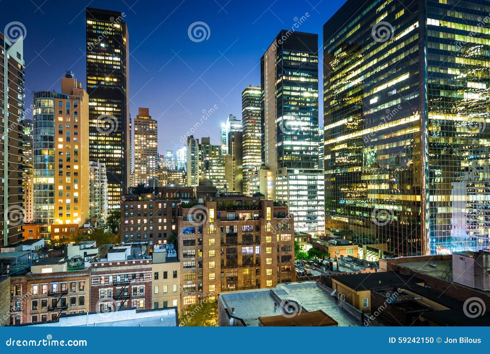 Vista de edificios en el Midtown del este en la noche, en Manhattan, nuevo Yo