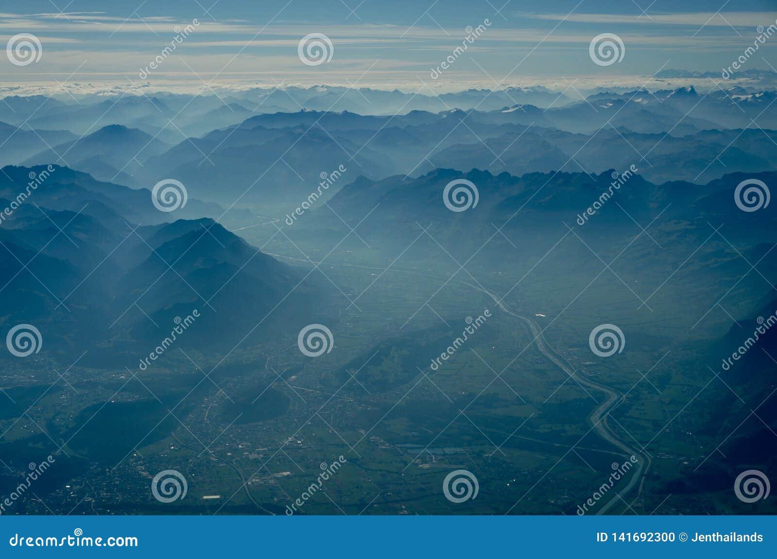Vista de escalas e de vale de montanhas dos múltiplos