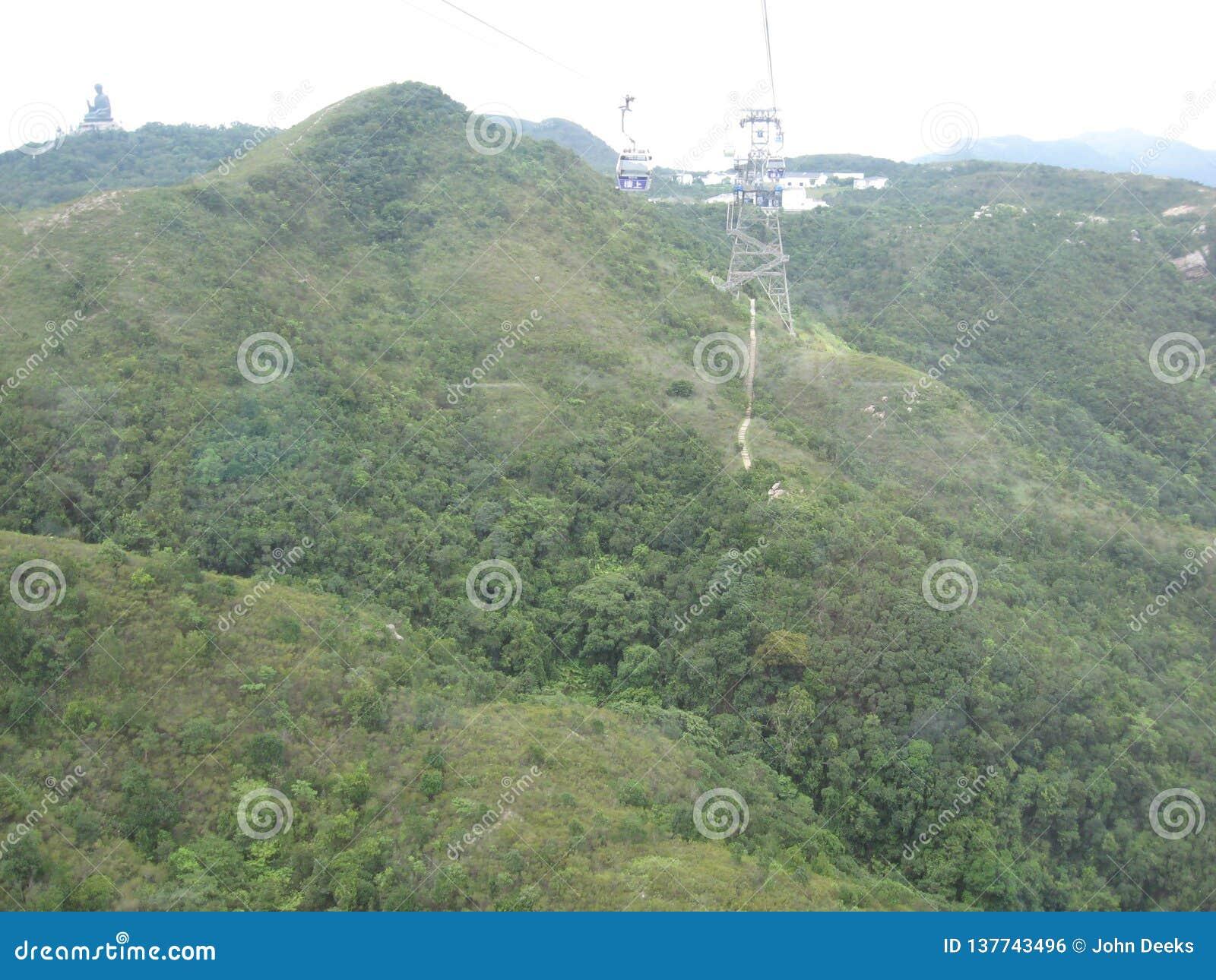 Vista de fascinação do cabo aéreo do sibilo de Ngong, ilha de Lantau, Hong Kong