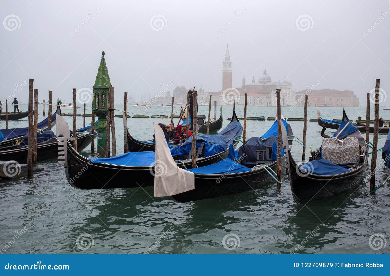 Vista de góndolas tradicionales en el canal grande en Venecia Venezia en un día de niebla con San Giorgio Island en el fondo, Ita