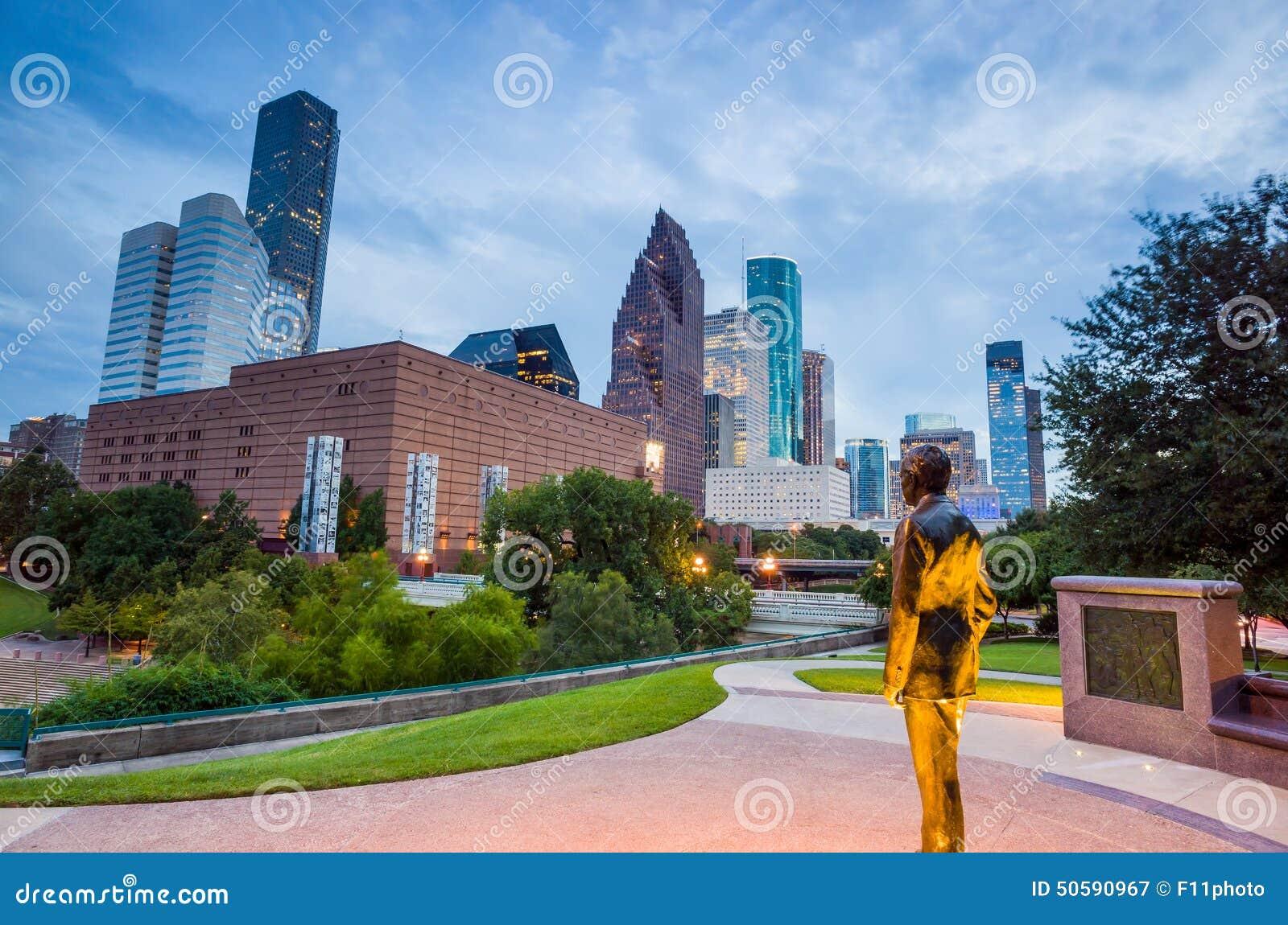Vista de Houston do centro no crepúsculo com arranha-céus