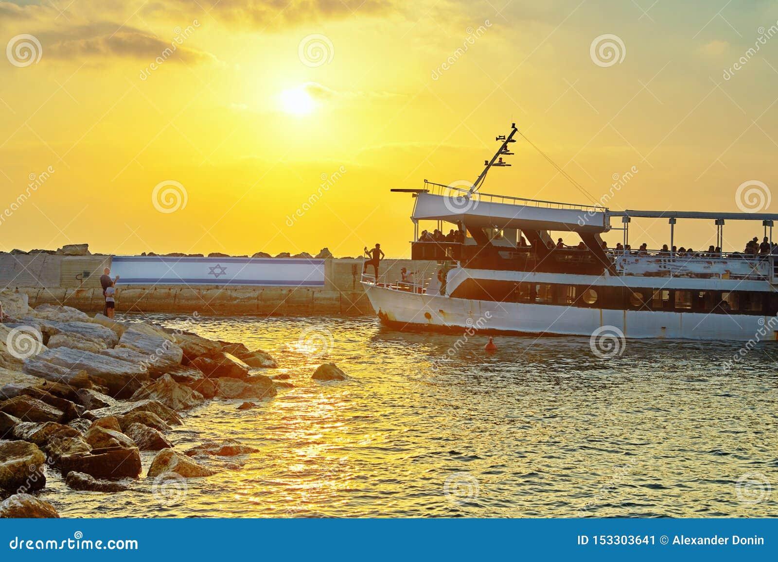 Vista de Jaffa velho ao porto no por do sol