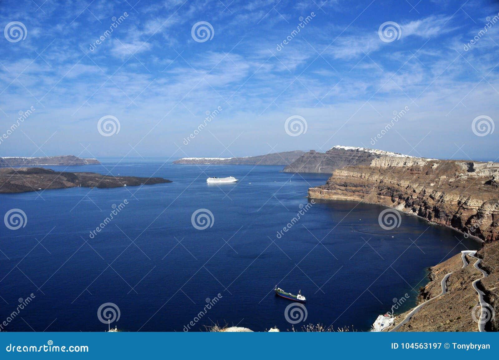Vista de la caldera de la isla principal del archipiélago de Santorini en Grecia