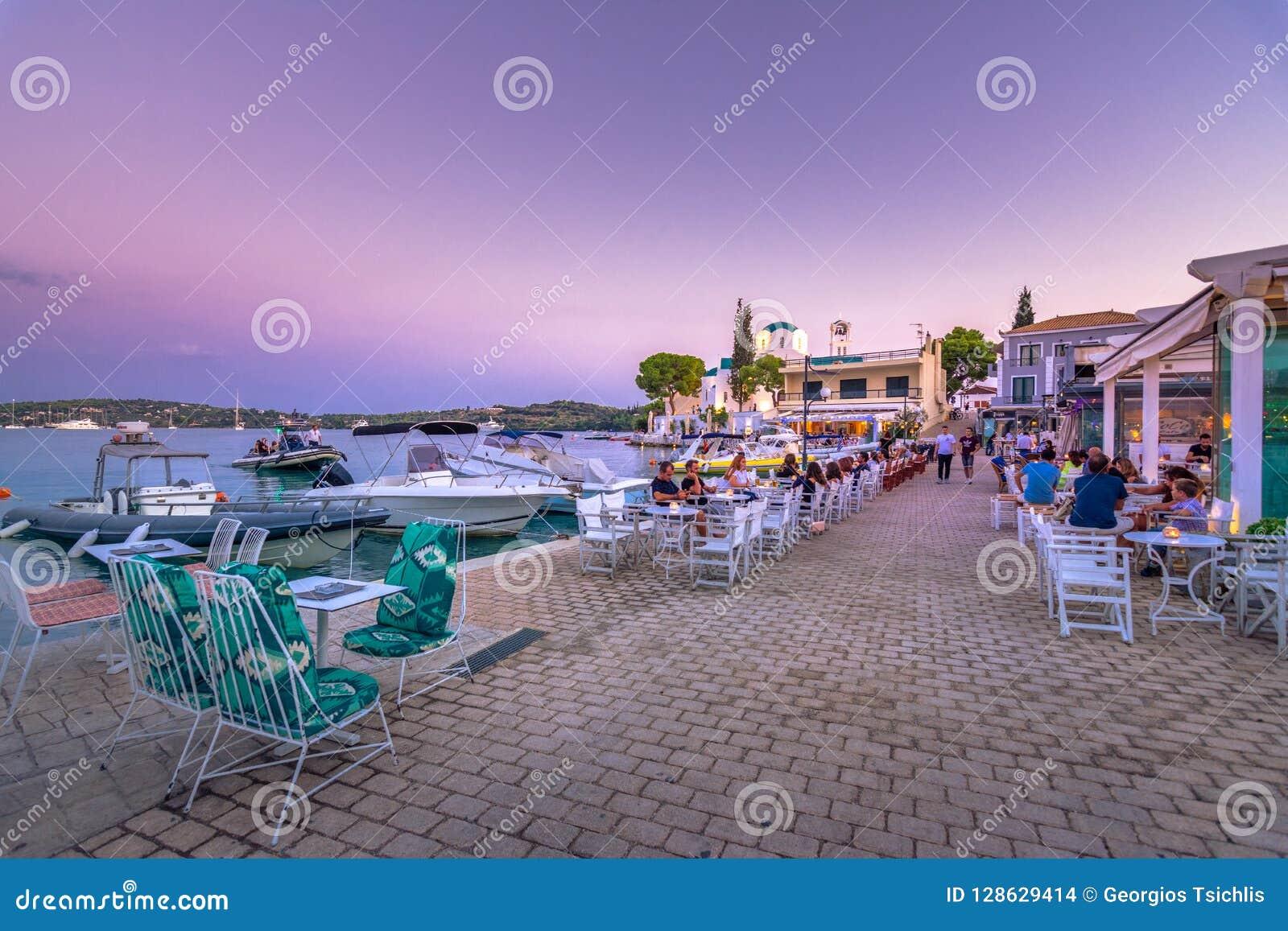 Vista de la ciudad costera pintoresca de Oporto Heli, Peloponeso