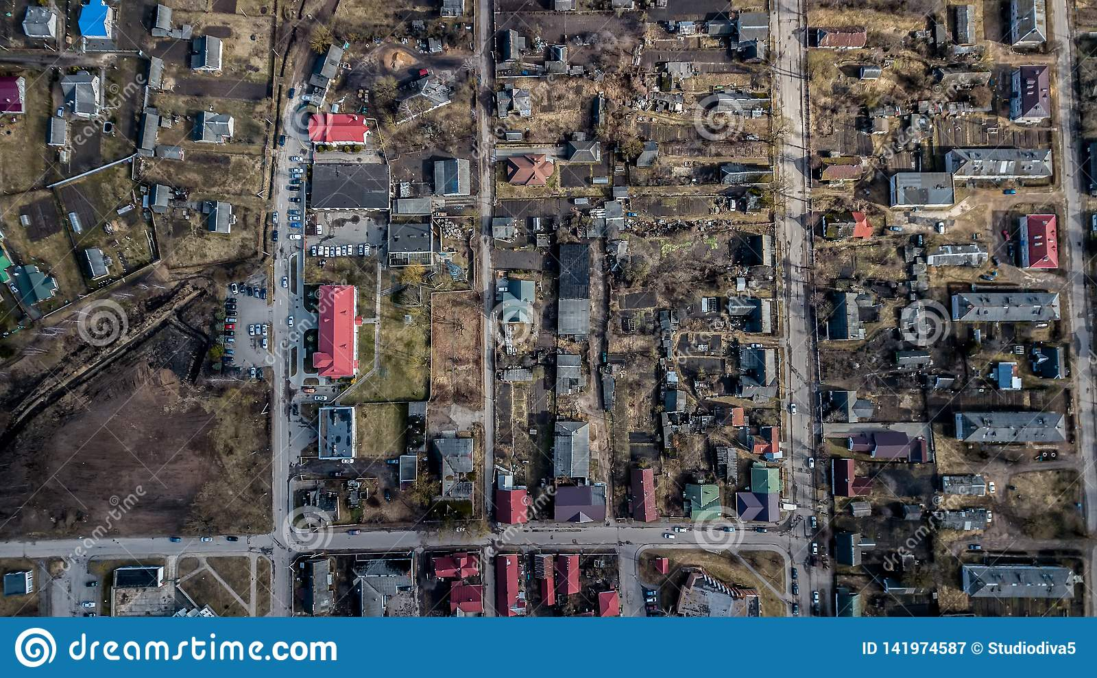 Vista de la ciudad del quadcopter Encuesta aérea
