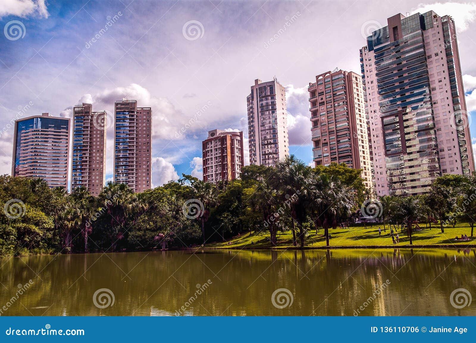 Vista de la ciudad, edificio moderno entre el cielo y un lago