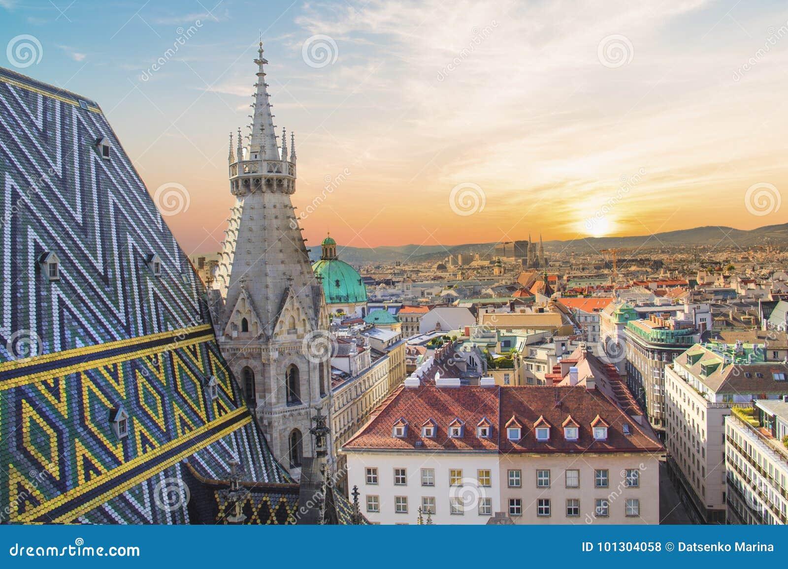 Vista de la ciudad de la plataforma de observación de la catedral del ` s de St Stephen en Viena, Austria