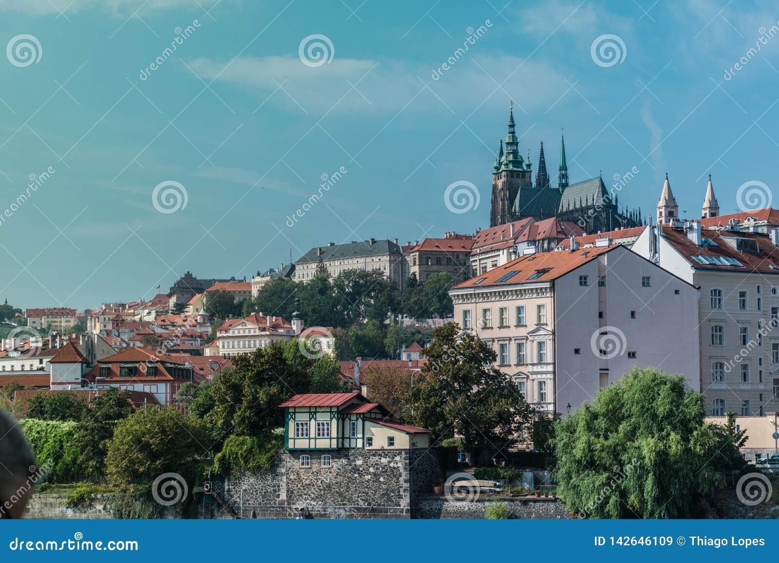 Vista de la ciudad vieja de Praga, con las torres de la catedral metropolitana de los santos Vitus, Wenceslaus y Adalbert
