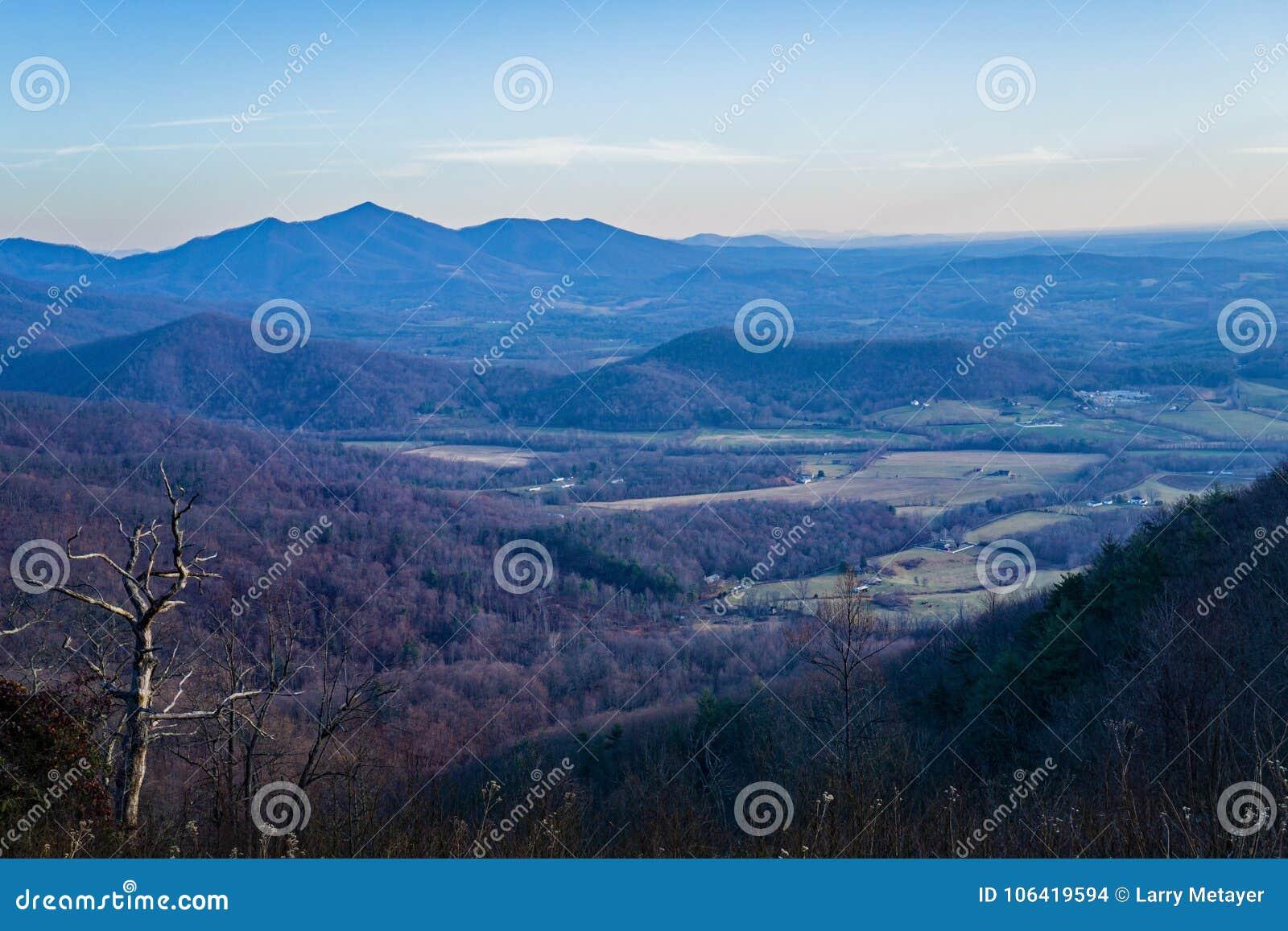 Vista de la espina dorsal de los diablos y del Piamonte de Virginia, los E.E.U.U.