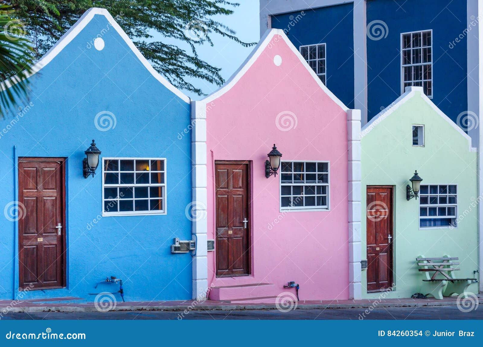Vista de la fachada del hotel en Curaçao con su arquitectura única
