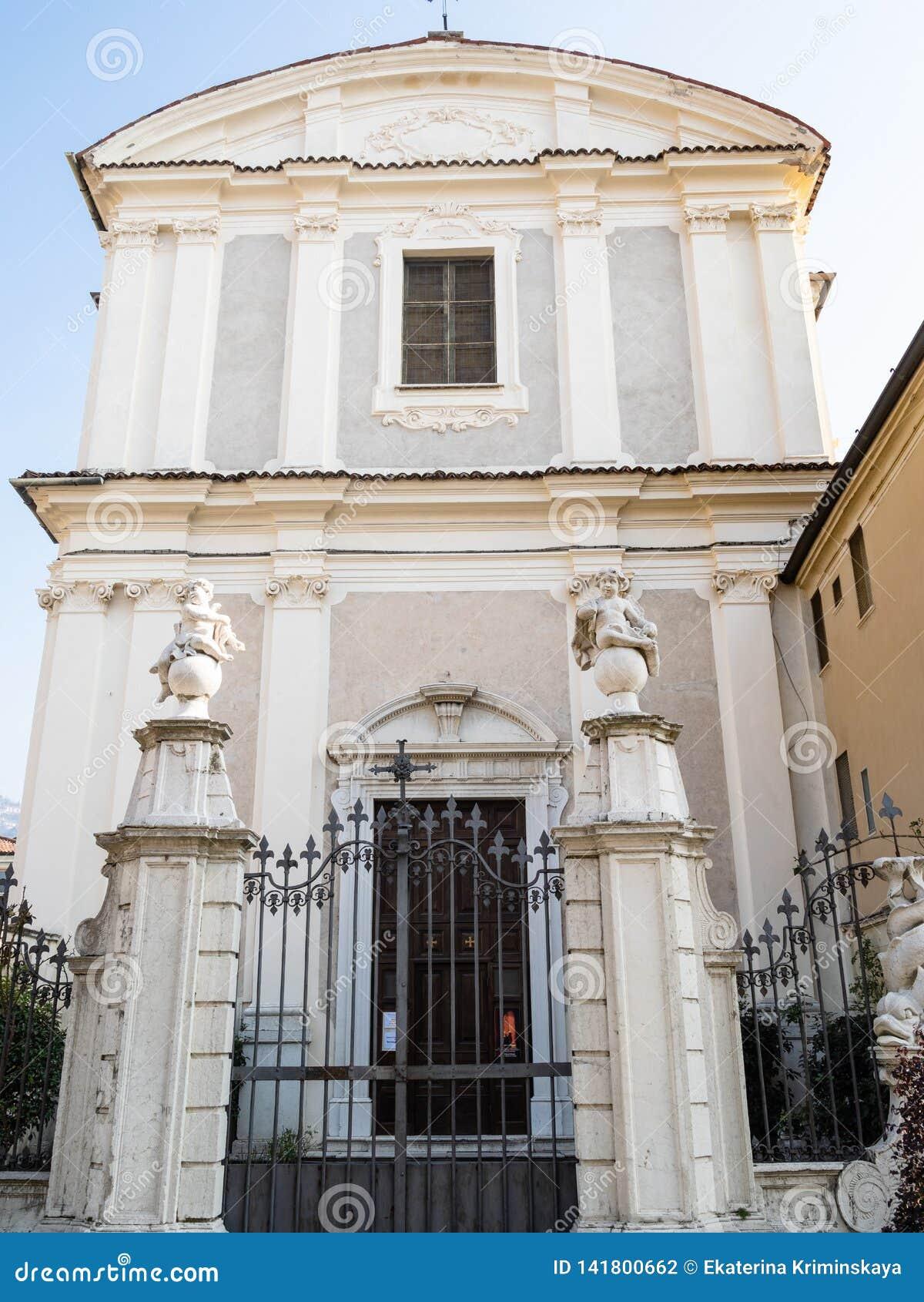 Vista de la iglesia Chiesa di San Zeno en la ciudad de Brescia