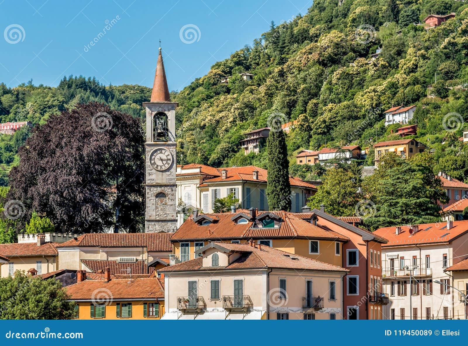 Vista de la iglesia de Filippo y de Giacomo o de la iglesia vieja en Laveno Mombello, Varese, Italia