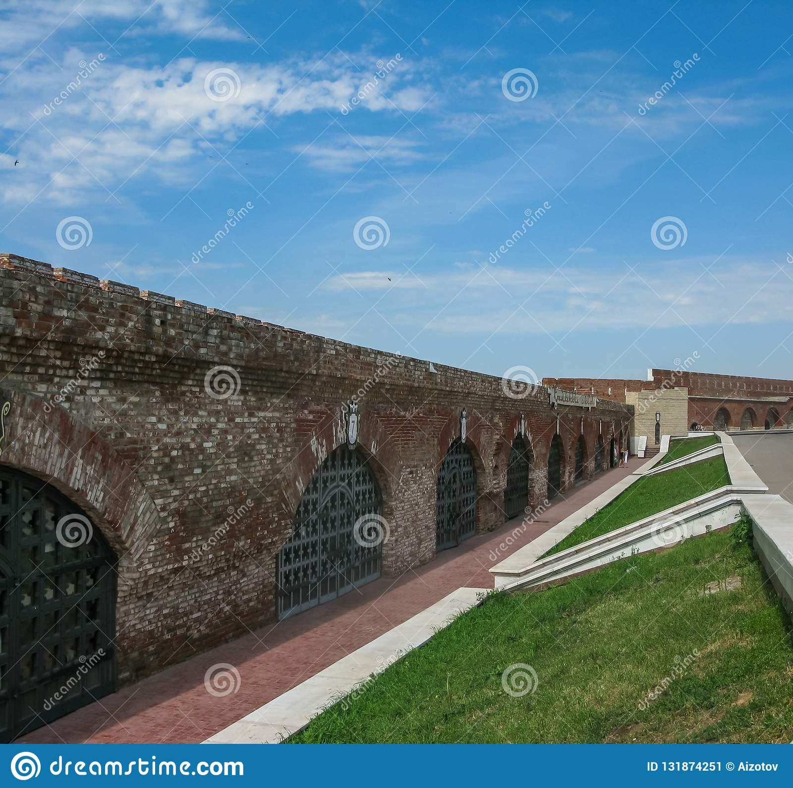 Vista de la pared del Kazán el Kremlin desde adentro en Kazán, Rusia