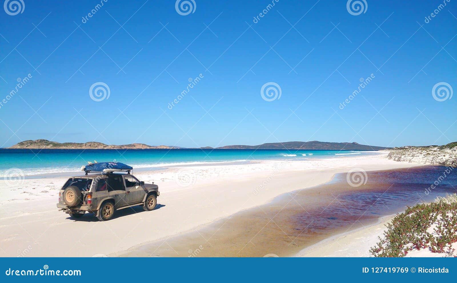 Vista de la playa en Fraser Island con un coche
