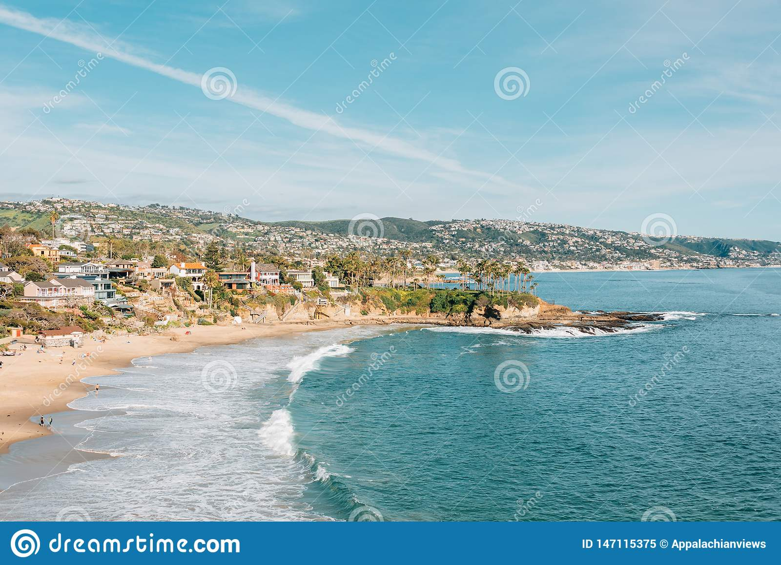Vista de la playa y de acantilados en Crescent Bay, de Crescent Bay Point Park, en Laguna Beach, California