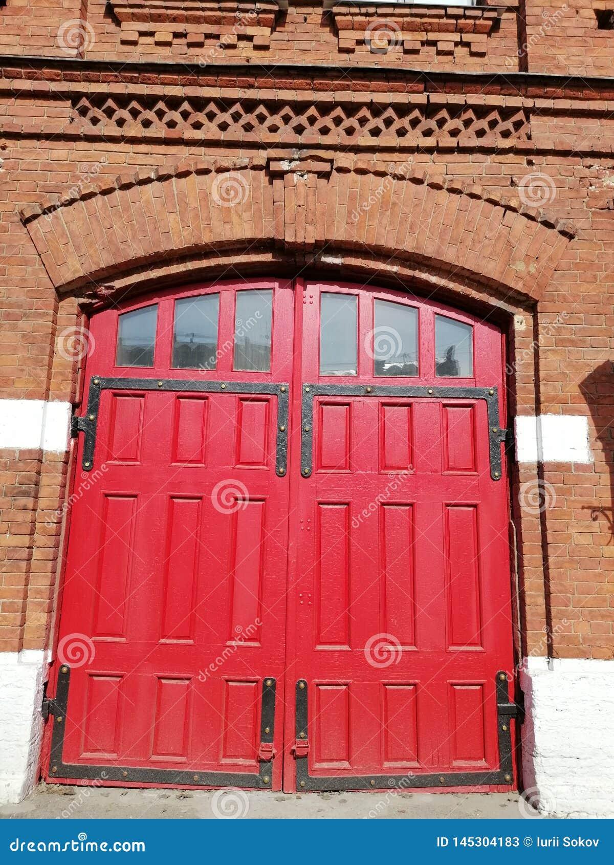 Vista de la puerta roja de los bomberos del edificio