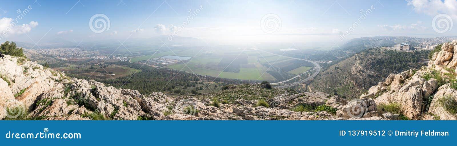 Vista de la salida del sol del precipicio del soporte cerca de Nazaret en el valle adyacente