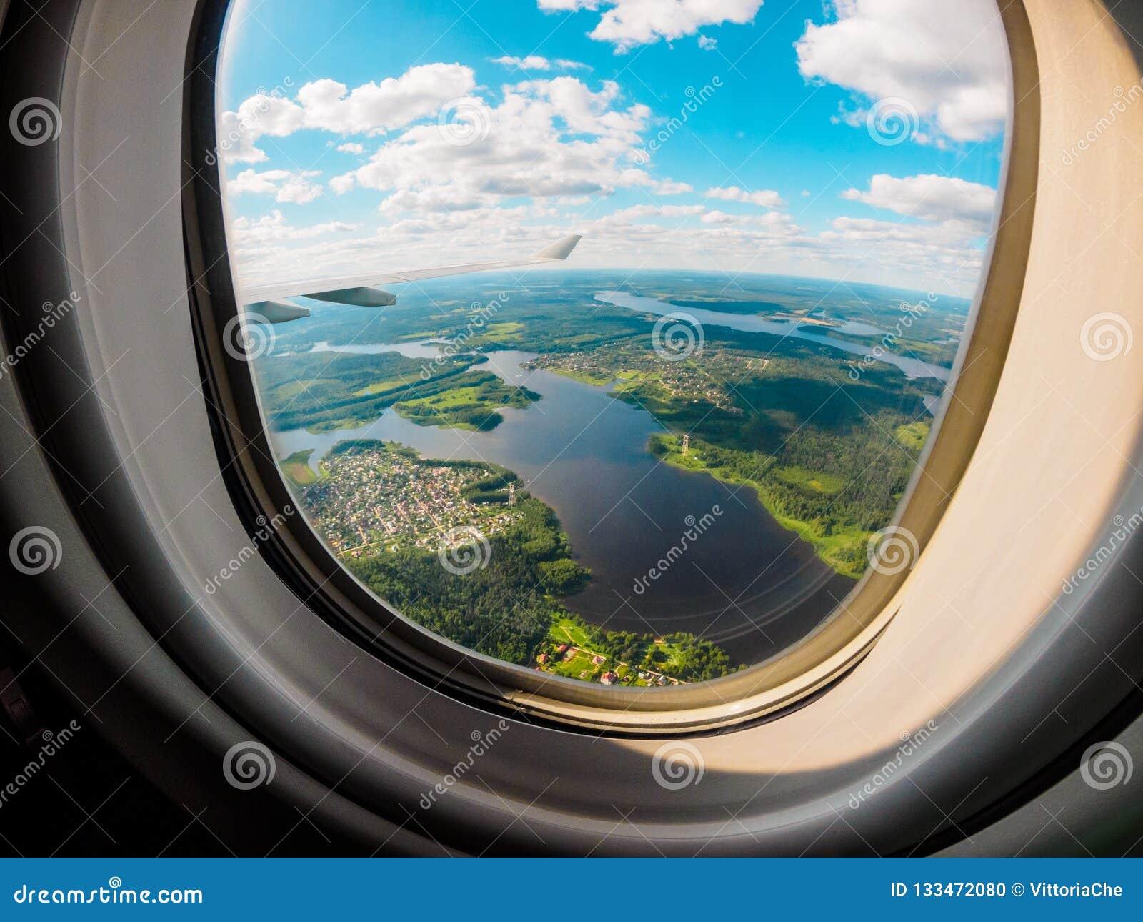 Vista de la tierra del planeta a través de la porta del aeroplano