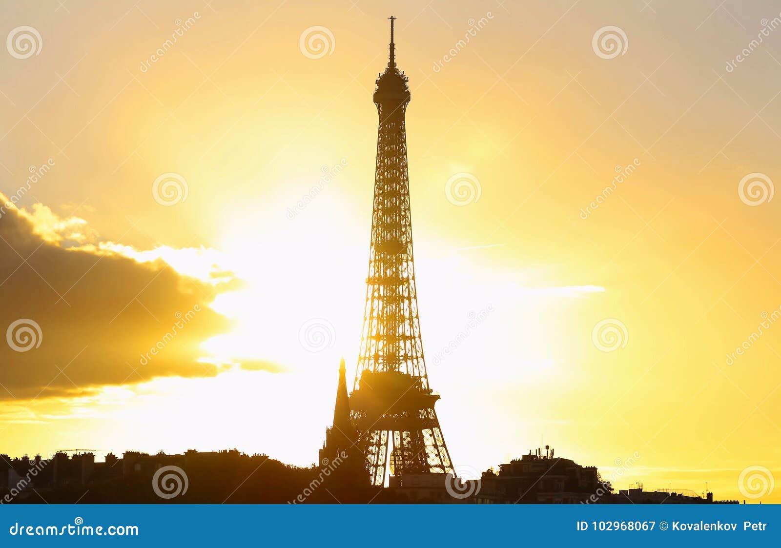 Vista de la torre Eiffel en la puesta del sol, París
