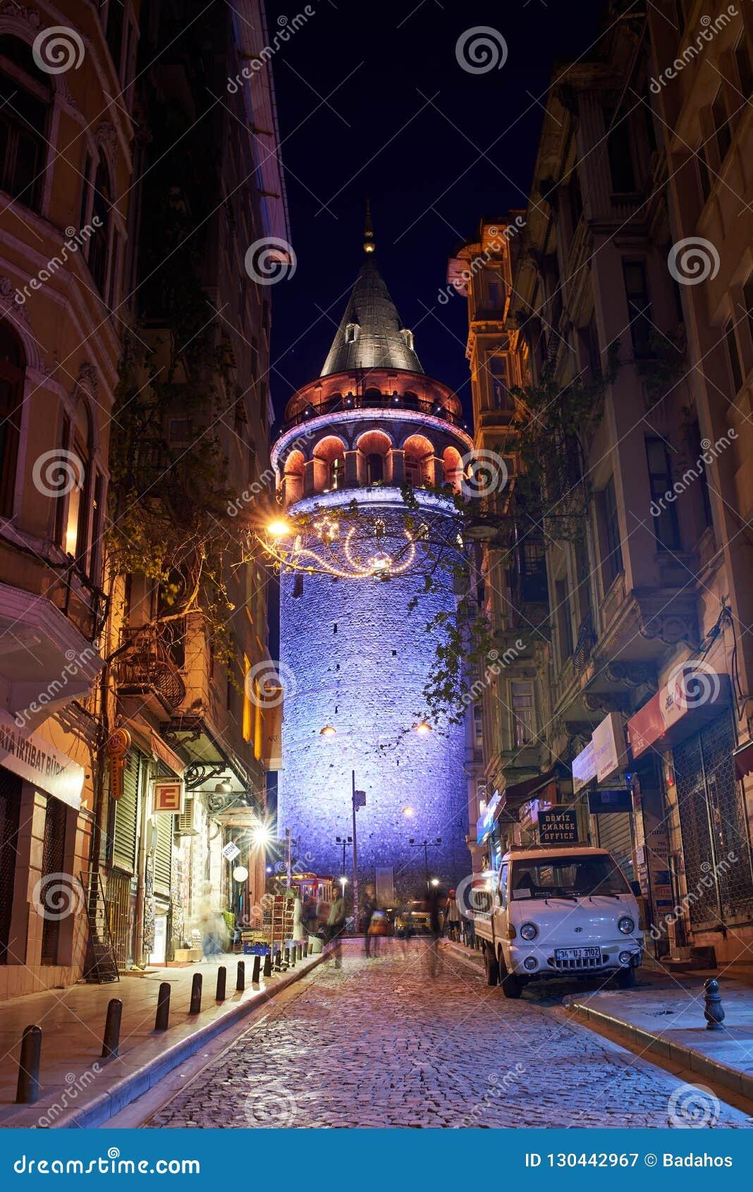 Vista de la torre de Galata en la noche