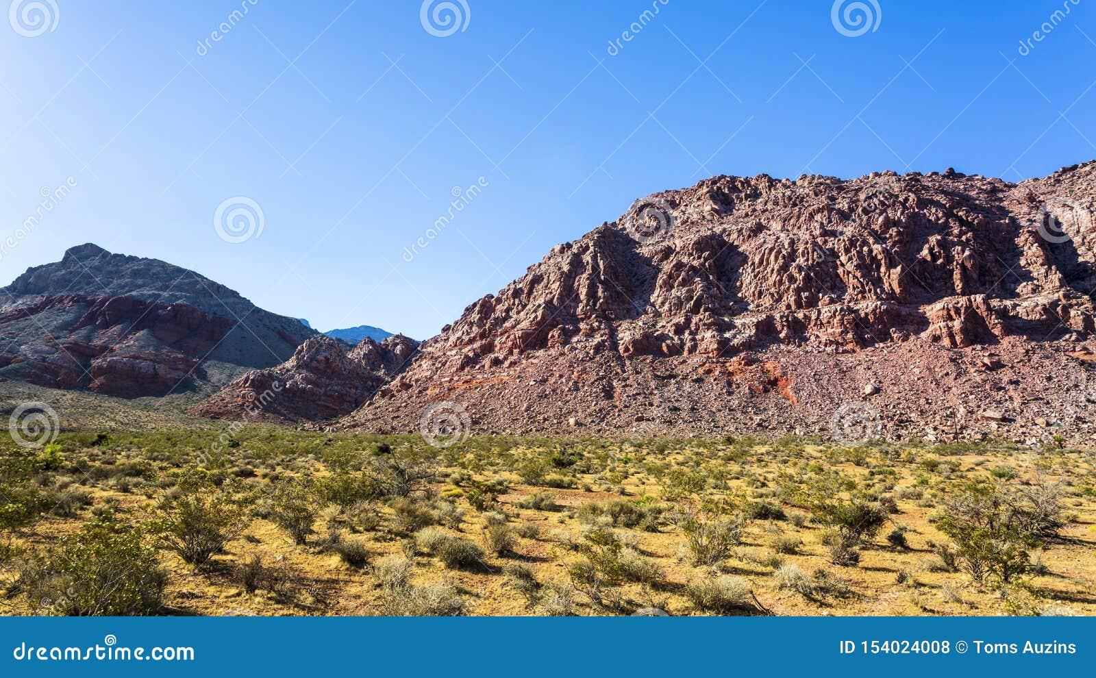 Vista de las formaciones y de la flora de roca en zona de recreo nacional del barranco rojo de la roca