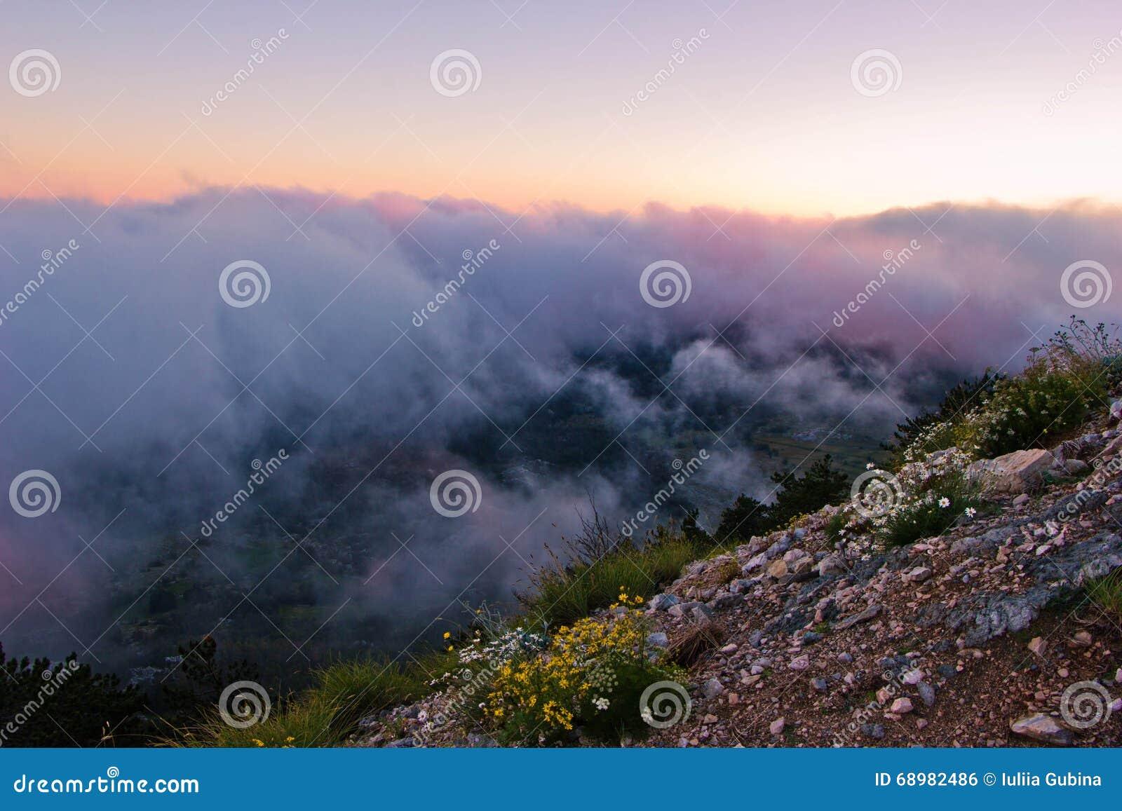 Vista de las nubes desde arriba de la montaña