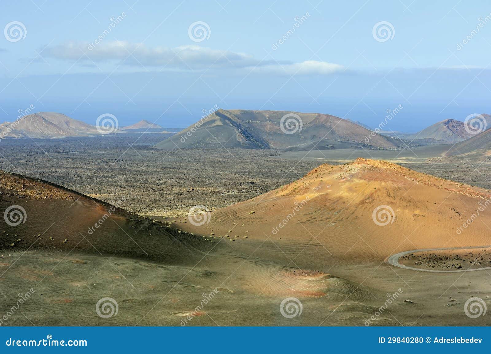 Montanhas vulcânicas no parque nacional de Timanfaya, ilha de Lanzarote,